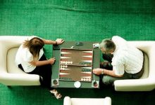 two people playing backgammon game 220x150 - 10 اشتباه در تخته نرد که باید از آنها آگاهی داشته باشید  بت کوچک