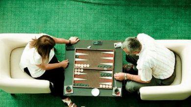 two people playing backgammon game 390x220 - 10 اشتباه در تخته نرد که باید از آنها آگاهی داشته باشید  بت کوچک