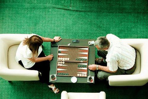 two people playing backgammon game - 10 اشتباه در تخته نرد که باید از آنها آگاهی داشته باشید  بت کوچک